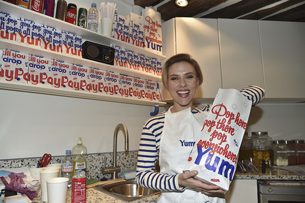 scarlett johansson vendeuse de pop corn à yummy pop